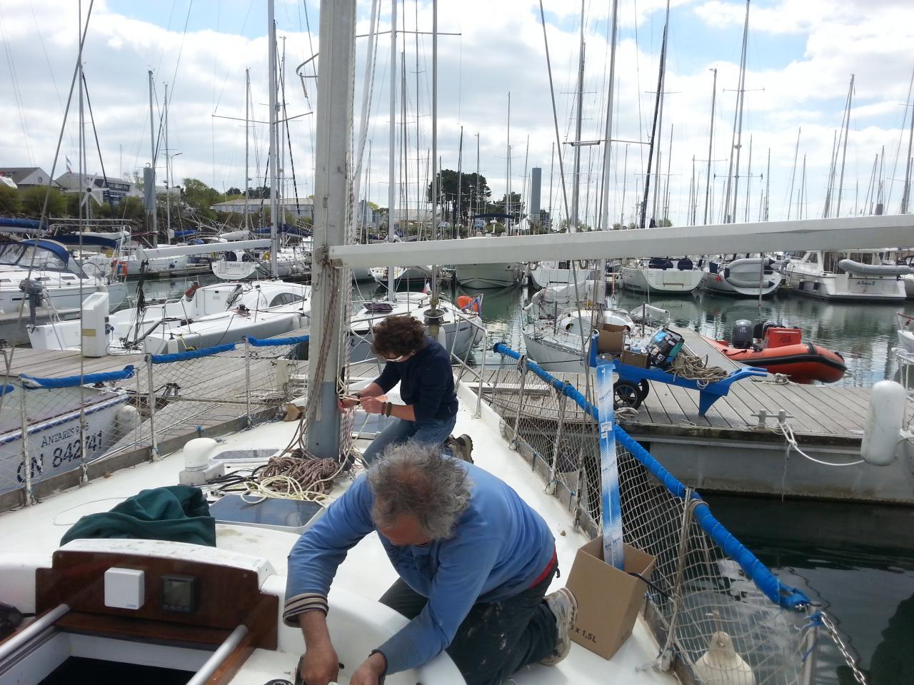 Thierry et Youenn s'activent à gréer le bateau