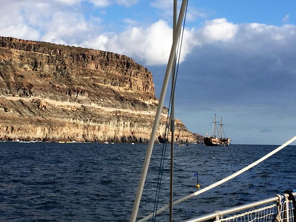 mouillage à Mogan devant le port sous la falaise
