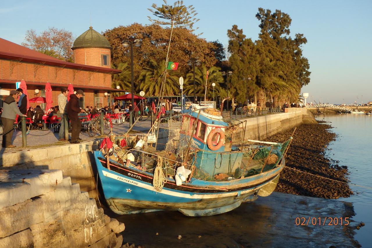 bateau échoué devant le quai à Holao