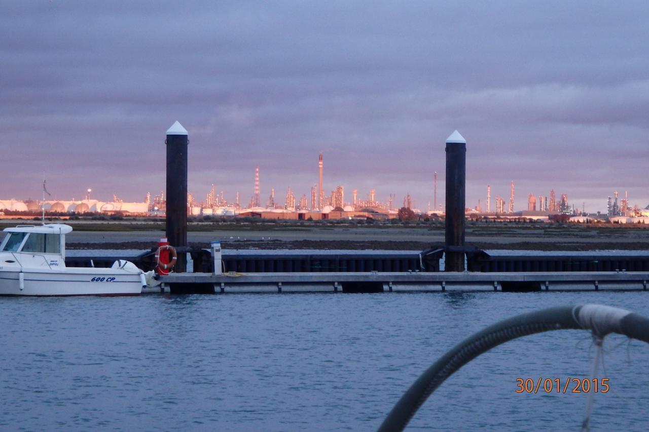 La raffinerie vue de notre marina