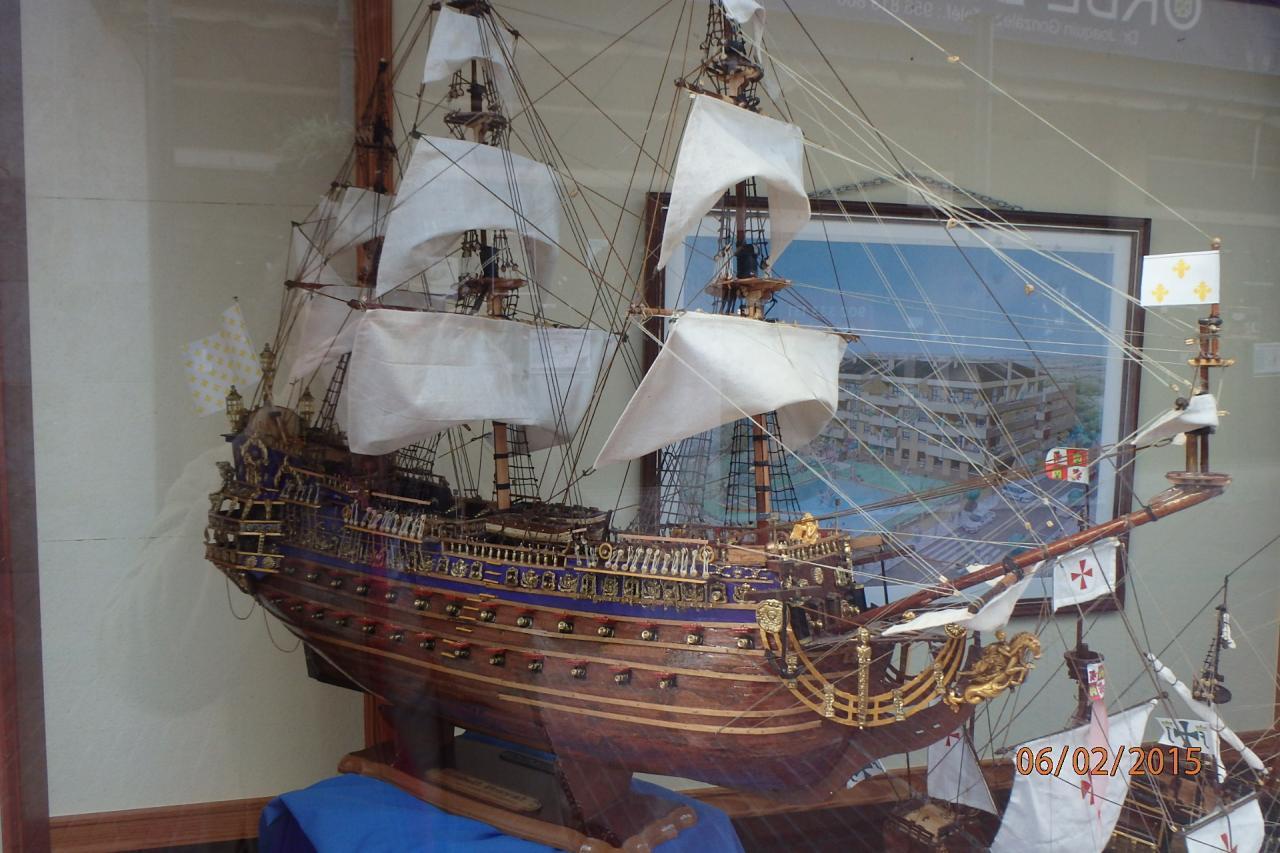 Rota - une superbe maquette de bateau en vitrine