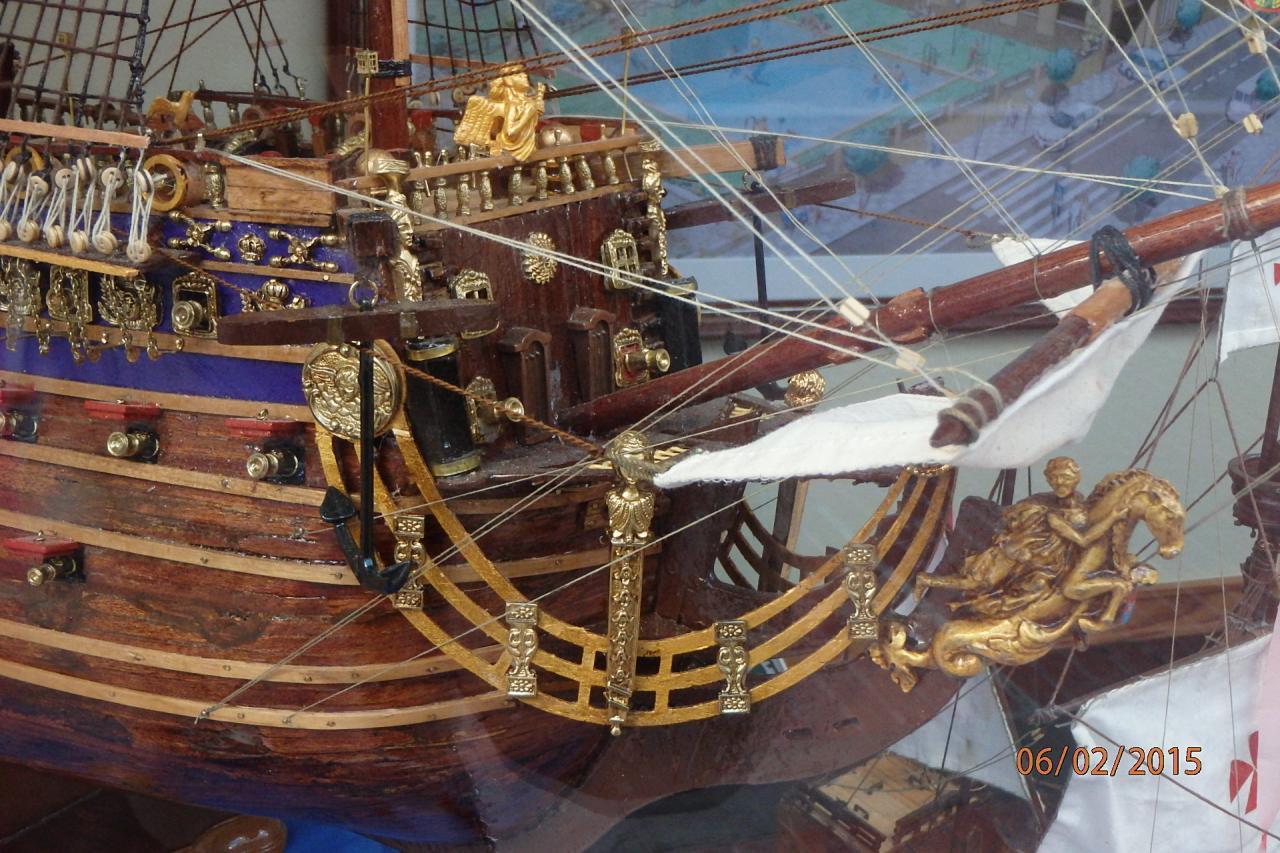 Rota - une superbe maquette de bateau en vitrine (détail)