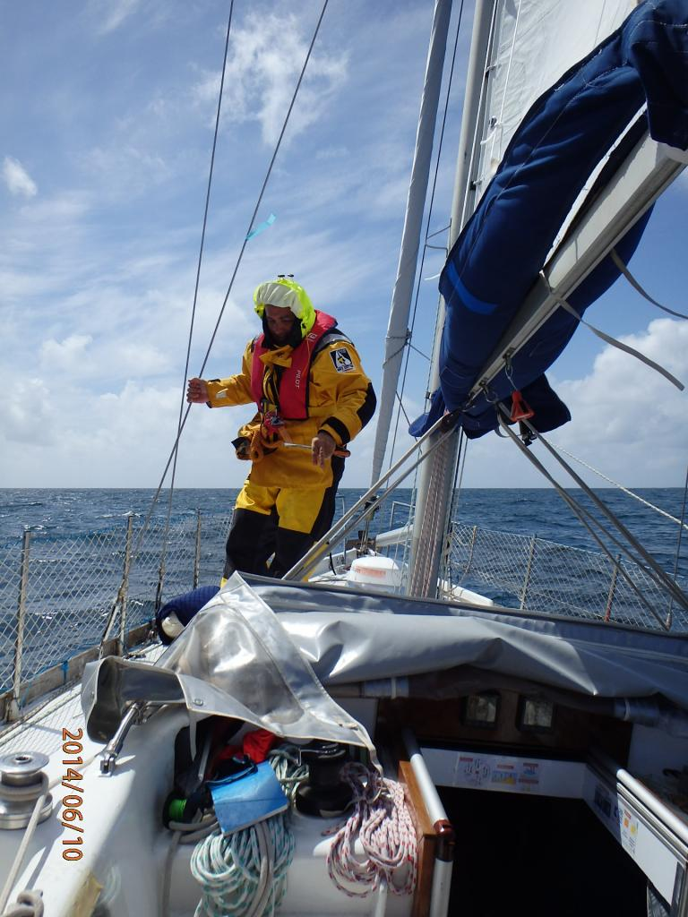 Thierry affronte le vent et les vagues pour aller à l'avant