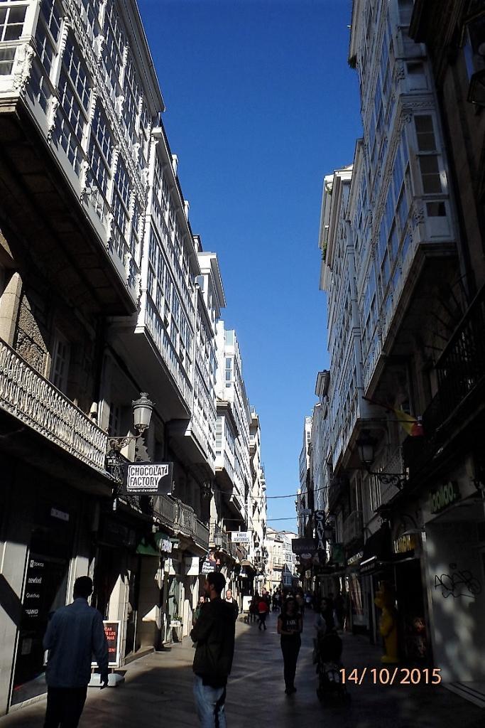 La grande rue commerçante du centre