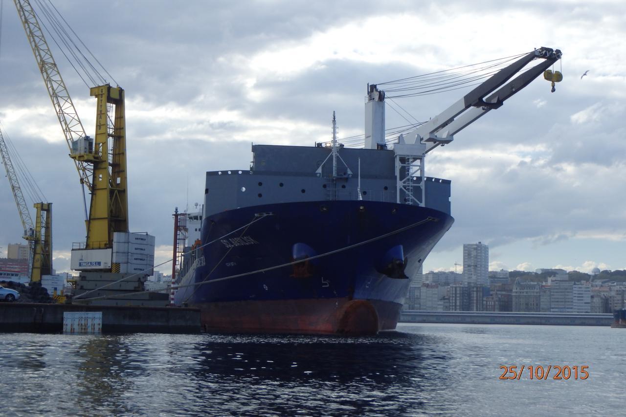 Un gros cargo dans le port de commerce
