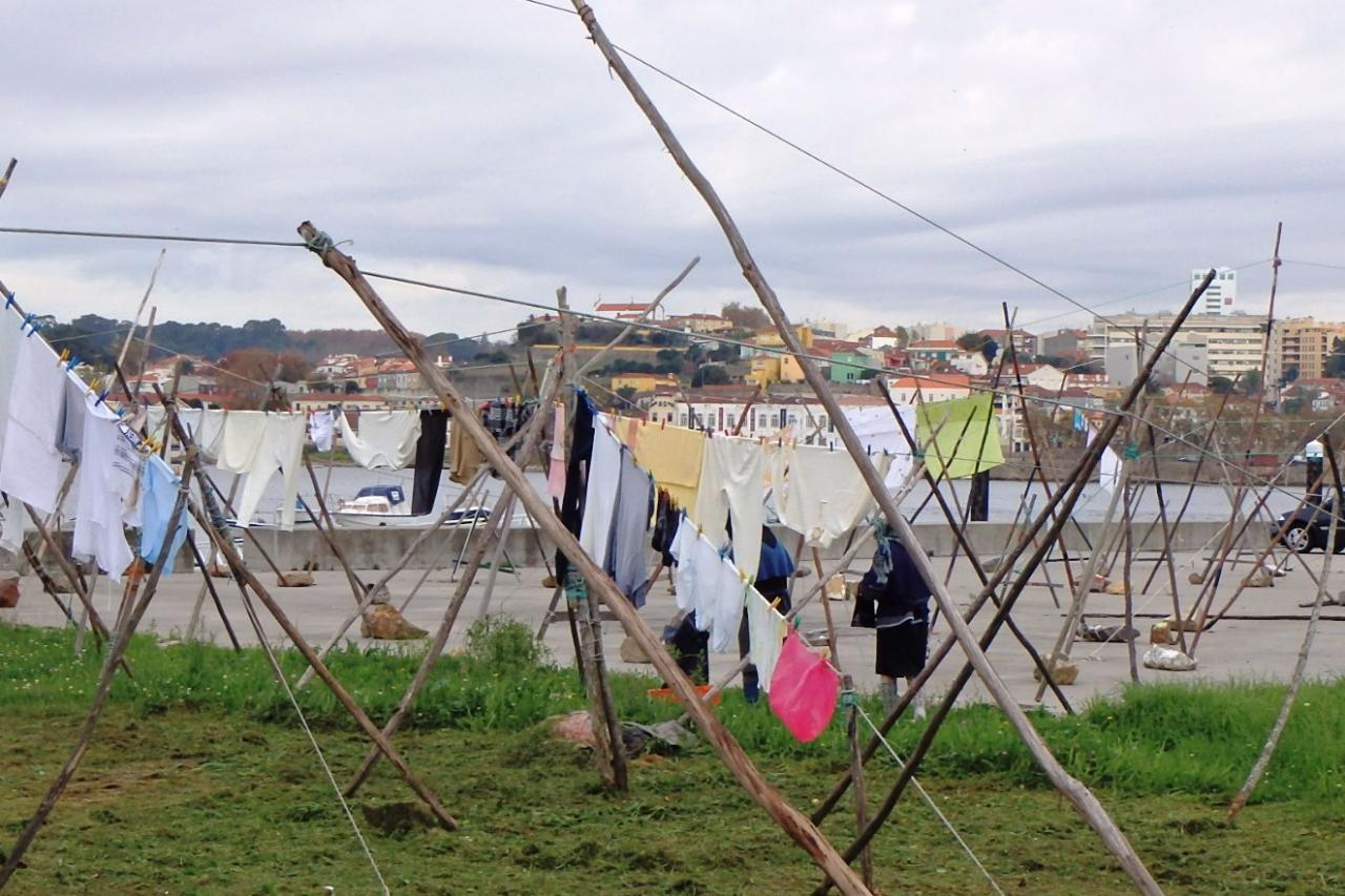 Gaia : linge à sécher devant le lavoir