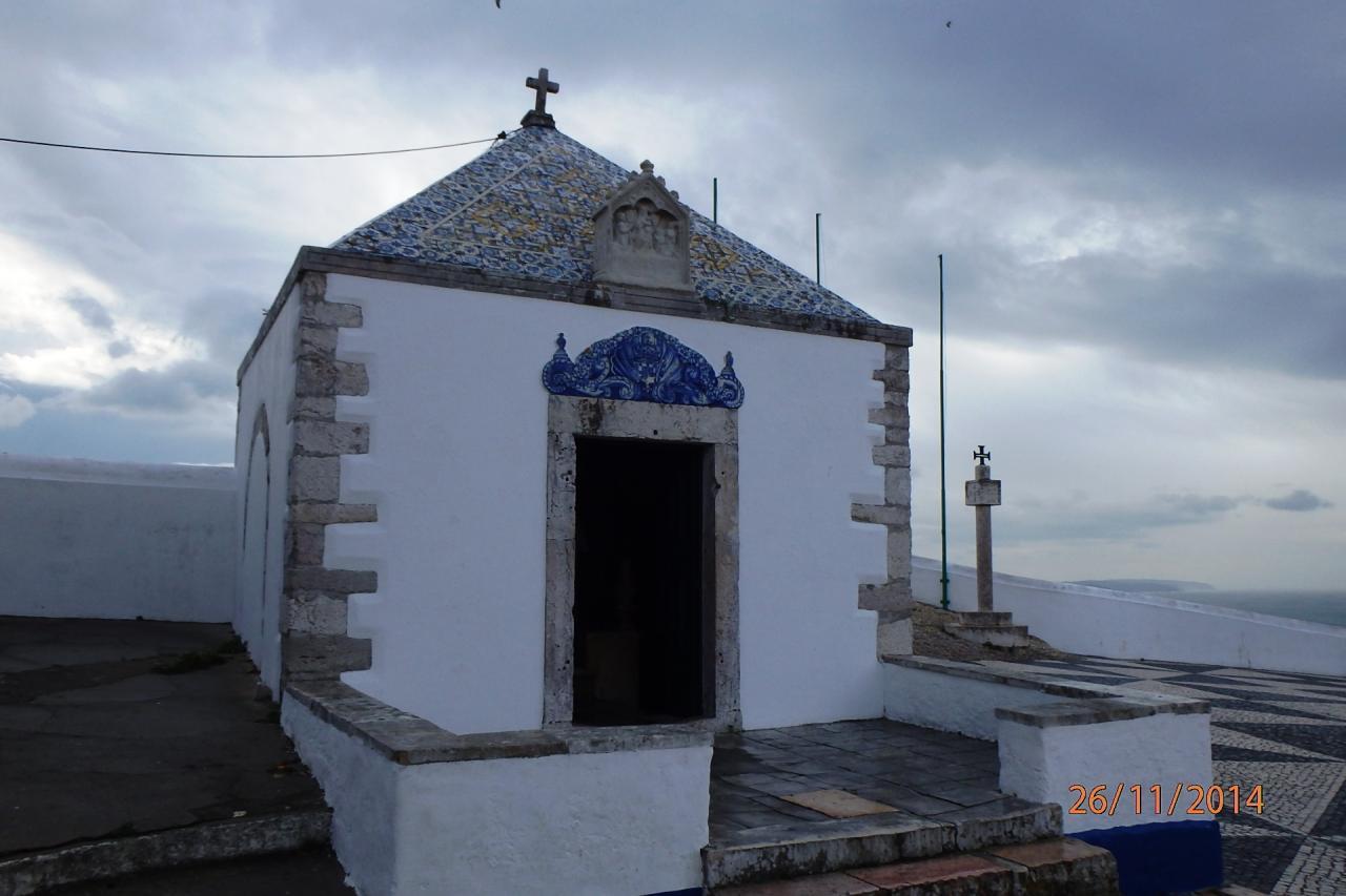 une chapelle en bord de falaise à Sitio