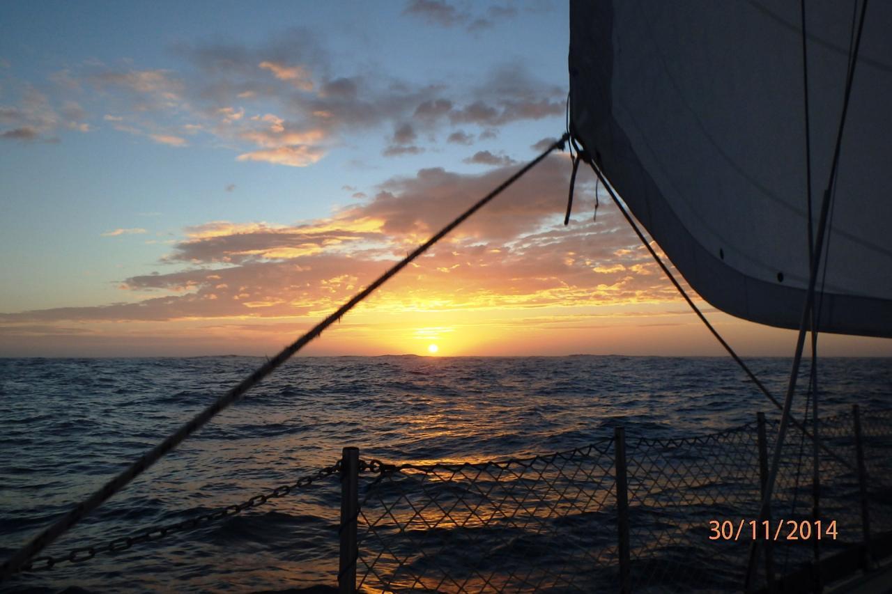 Coucher de soleil en mer au large de Nazaré
