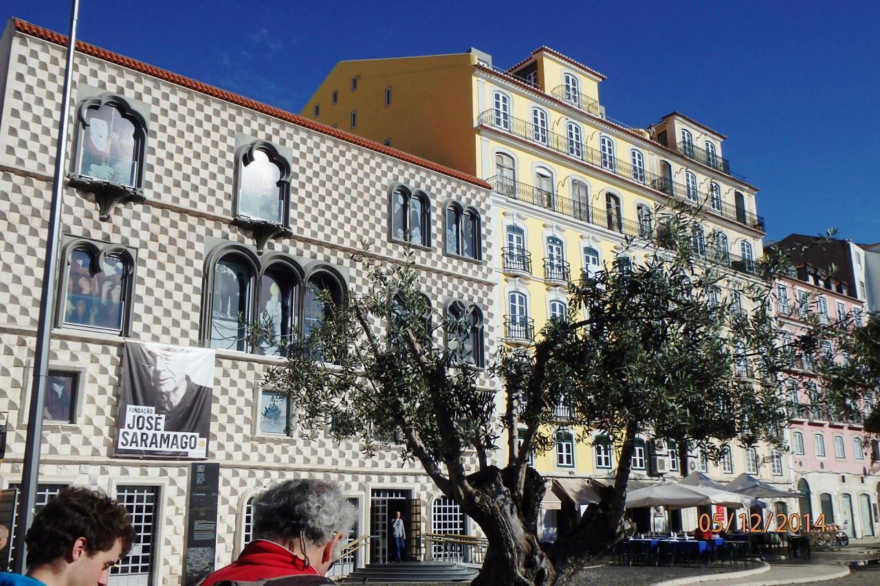 Lisbonne : laplaceoù on a déjeuné en terrasse