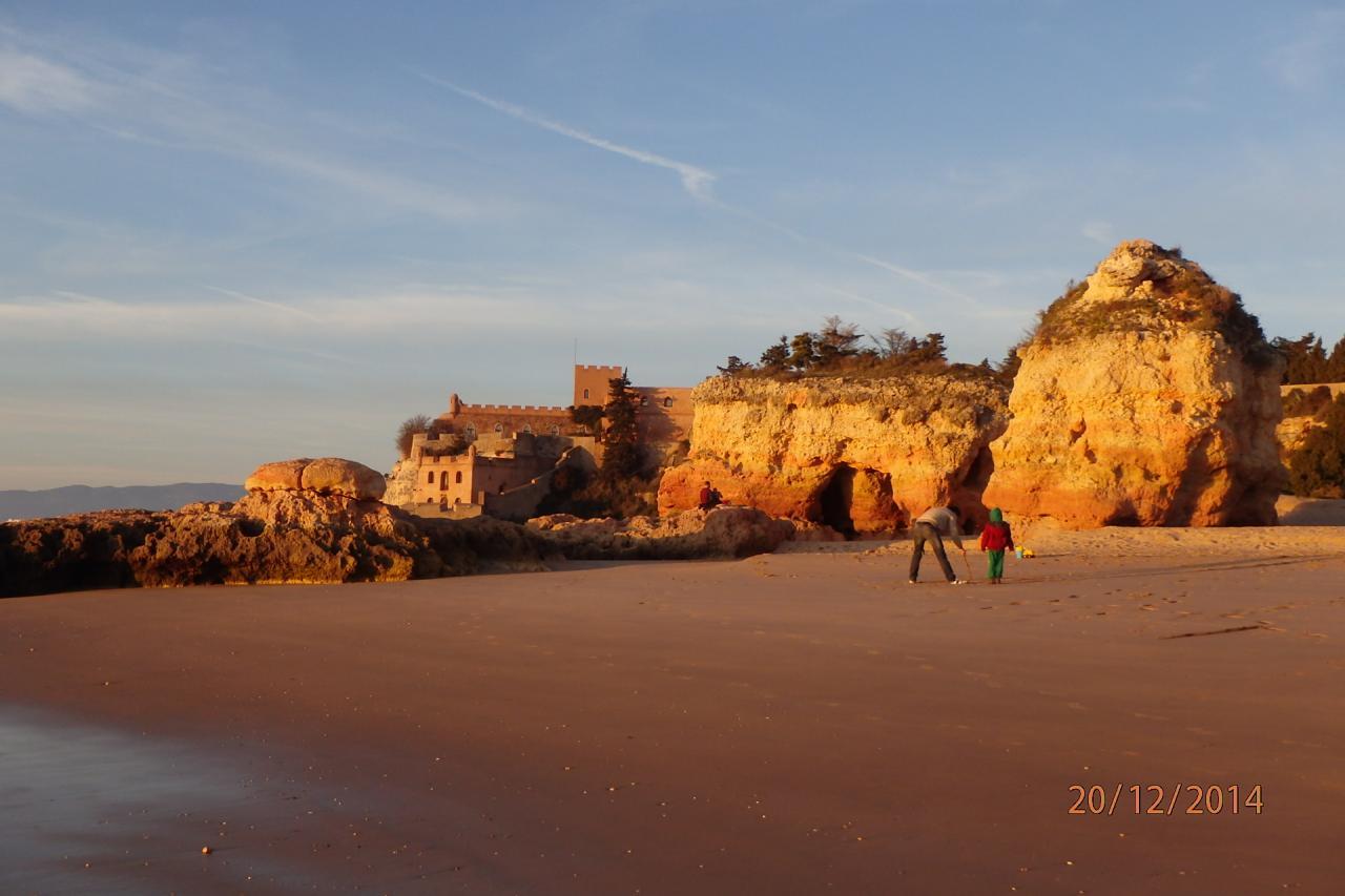 La plage devant le fort au coucher de soleil