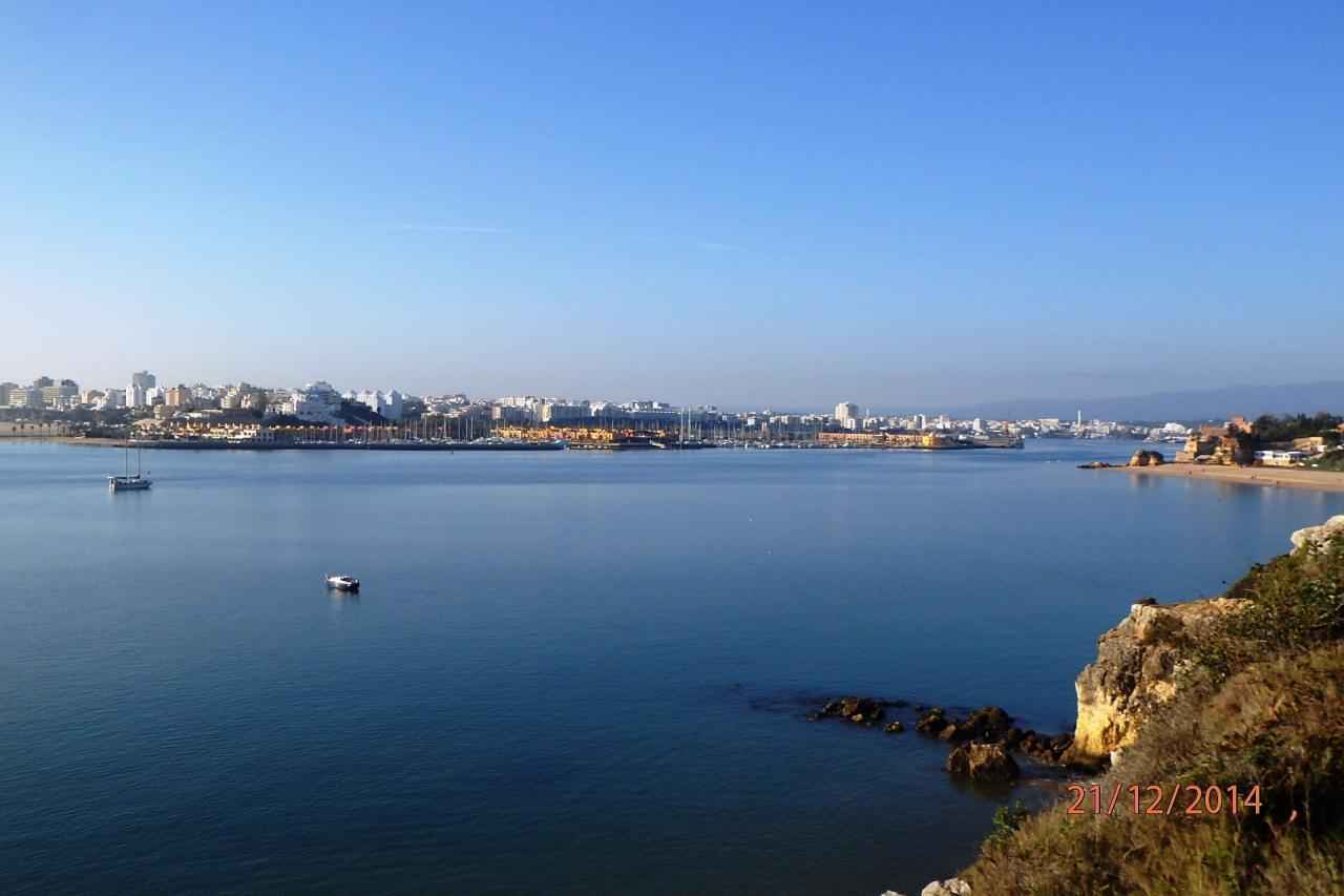 La baie avec Portimao à gauche