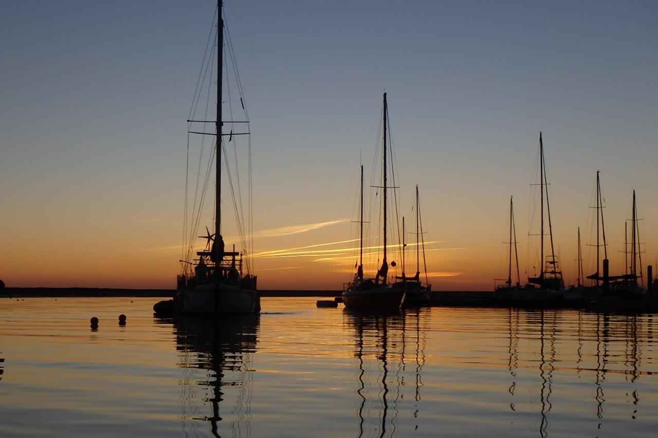 Coucher de soleil sur les bateaux au mouillage