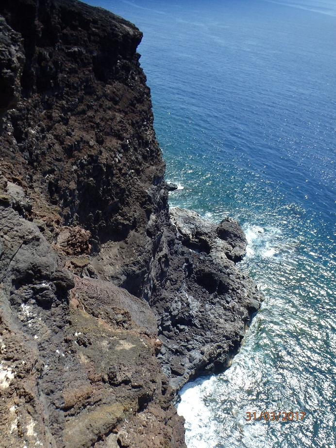 Le tunnel débouche sur la falaise au-dessus de la mer