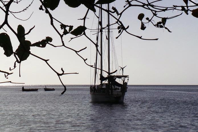 Lambarena au mouillage devant la plage des pêcheurs