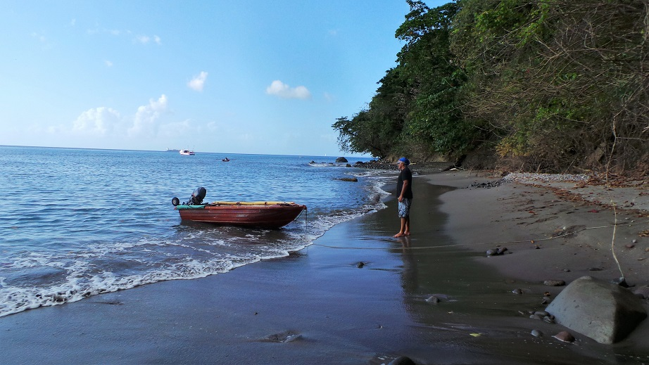 On débarque sur la plage avec l'annexe pour aider les pêcheurs