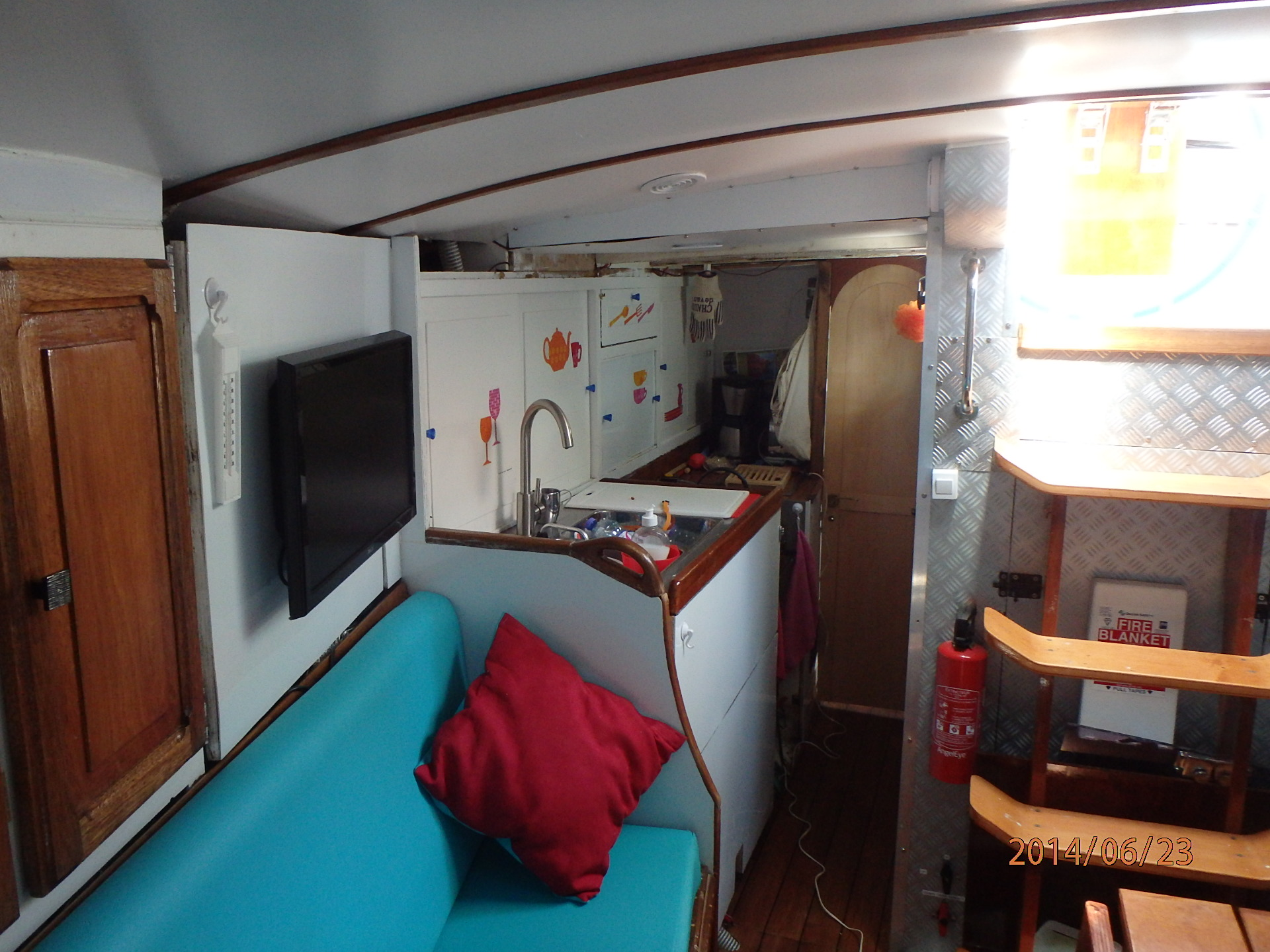 A tribord : le carré et la cuisine
