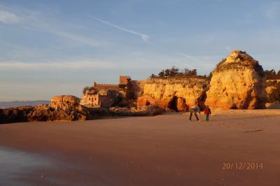 La plage de Ferragudo avec son fort