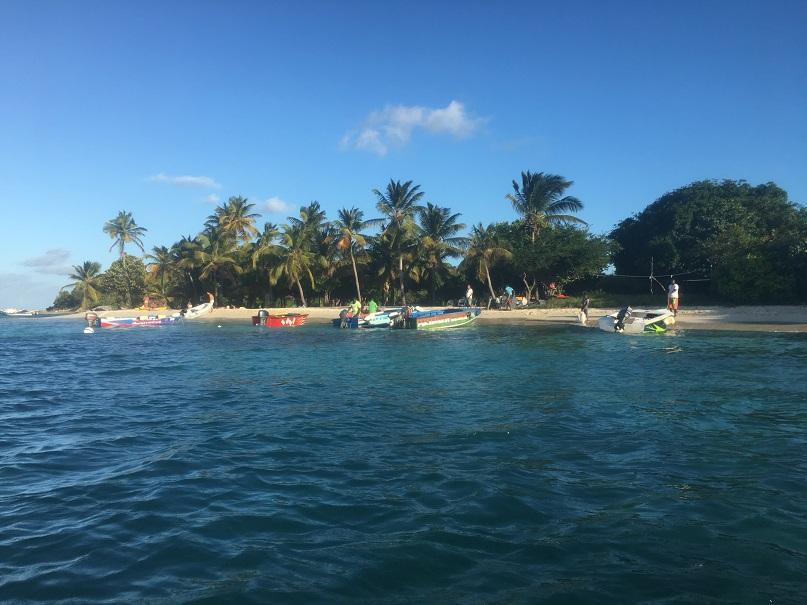 L'îlot de Petit Bateau abrite un restaurant sur la plage